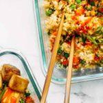Жареный рис из цветной капусты с хрустящим тофу