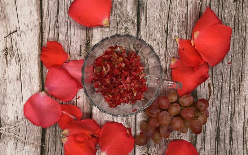 Маска для лица с виноградом и лепестками роз